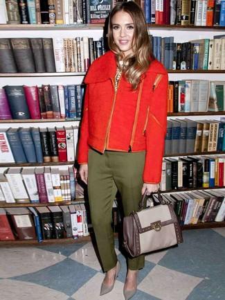 Cómo combinar: chaqueta motera de lana roja, jersey con cuello circular a lunares en blanco y negro, pantalón de vestir verde oliva, zapatos de tacón de cuero grises