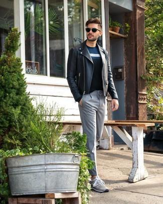 Cómo combinar: chaqueta motera de cuero negra, jersey con cuello circular de rayas horizontales azul marino, pantalón de vestir de rayas verticales gris, tenis grises