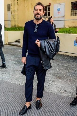 Cómo combinar un mocasín con borlas de cuero negro: Si buscas un estilo adecuado y a la moda, elige una chaqueta motera de cuero negra y un pantalón de vestir azul marino. Elige un par de mocasín con borlas de cuero negro para mostrar tu inteligencia sartorial.