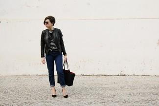 Cómo combinar: chaqueta motera de cuero negra, jersey con cuello circular de rayas horizontales en negro y blanco, vaqueros azul marino, zapatos de tacón de ante negros