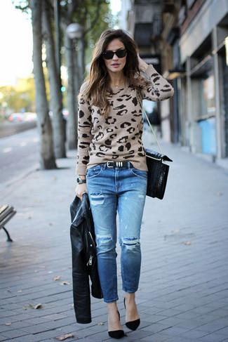 Cómo combinar: chaqueta motera de cuero negra, jersey con cuello circular de leopardo en beige, vaqueros desgastados azules, zapatos de tacón de ante negros