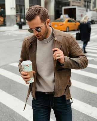 Cómo combinar una chaqueta motera de cuero marrón: Opta por una chaqueta motera de cuero marrón y unos vaqueros azul marino para una apariencia fácil de vestir para todos los días.