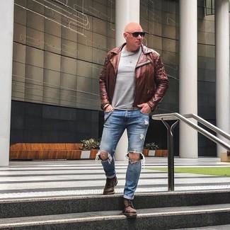 Cómo combinar una chaqueta motera de cuero marrón: Intenta ponerse una chaqueta motera de cuero marrón y unos vaqueros desgastados azules transmitirán una vibra libre y relajada. ¿Te sientes valiente? Completa tu atuendo con botas casual de cuero marrónes.