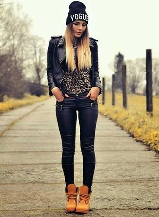 Cómo combinar: chaqueta motera de cuero con tachuelas negra, jersey con cuello circular de leopardo marrón, vaqueros pitillo de cuero negros, botas planas con cordones de nubuck marrón claro