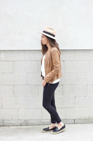 Cómo combinar: chaqueta motera de cuero marrón claro, jersey con cuello circular blanco, vaqueros pitillo negros, alpargatas de cuero negras