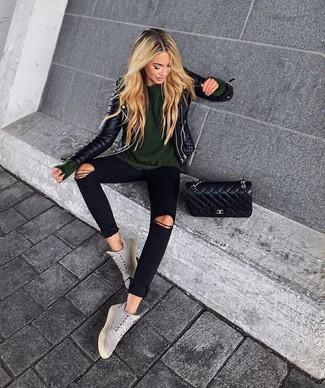 Cómo combinar: chaqueta motera de cuero acolchada negra, jersey con cuello circular verde oliva, vaqueros pitillo desgastados negros, zapatillas altas de ante grises