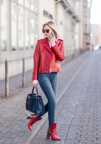 Cómo combinar: chaqueta motera de cuero roja, jersey con cuello circular rosado, vaqueros pitillo azul marino, botines de cuero rojos