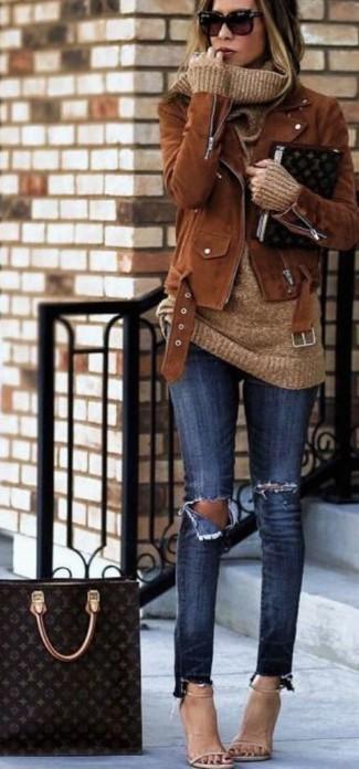Cómo combinar: chaqueta motera de ante marrón, jersey con cuello vuelto holgado marrón claro, vaqueros pitillo desgastados azul marino, sandalias de tacón de cuero en beige