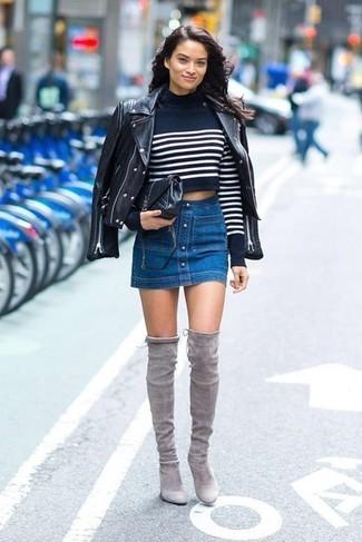 Cómo combinar: chaqueta motera de cuero negra, jersey corto de rayas horizontales en azul marino y blanco, falda con botones vaquera azul, botas sobre la rodilla de ante grises