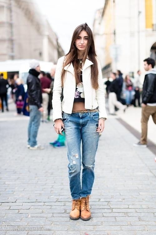 Outfit con chaqueta de cuero blanca