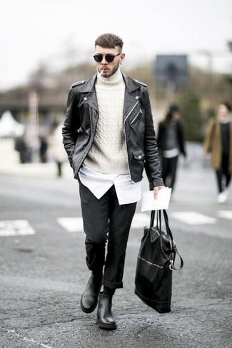 Cómo combinar una bolsa tote de cuero negra: Emparejar una chaqueta motera de cuero negra junto a una bolsa tote de cuero negra es una opción inmejorable para el fin de semana. ¿Te sientes valiente? Completa tu atuendo con botines chelsea de cuero negros.