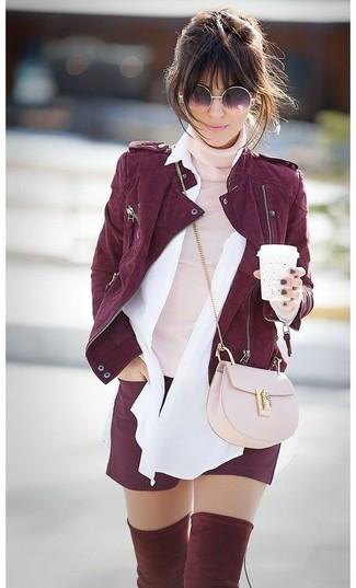 Cómo combinar: chaqueta motera de ante burdeos, jersey de cuello alto rosado, camisa de vestir blanca, pantalones cortos burdeos