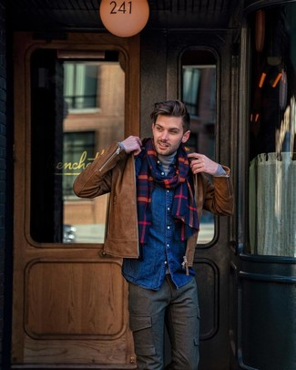 Cómo combinar: chaqueta motera de cuero marrón, jersey de cuello alto gris, camisa vaquera azul marino, pantalón cargo de lana en marrón oscuro