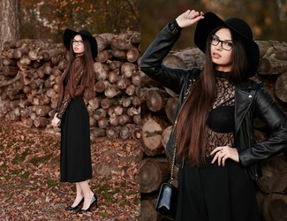Cómo combinar: chaqueta motera de cuero negra, jersey de cuello alto de encaje negro, falda pantalón negra, zapatos de tacón de cuero negros