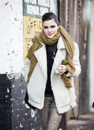 Cómo combinar: chaqueta motera de lana blanca, jersey de cuello alto azul marino, jersey con cuello circular en marrón oscuro, pantalones pitillo estampados marrónes