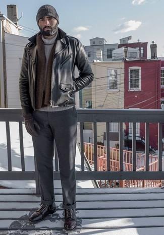 Cómo combinar unas botas casual de cuero burdeos estilo casual elegante: Empareja una chaqueta motera de cuero negra con un pantalón chino en gris oscuro para conseguir una apariencia relajada pero elegante. Luce este conjunto con botas casual de cuero burdeos.