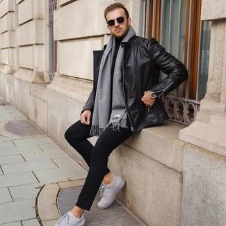 Cómo combinar una chaqueta motera de cuero negra: Ponte una chaqueta motera de cuero negra y un pantalón chino negro para una vestimenta cómoda que queda muy bien junta. Tenis de lona grises son una opción excelente para complementar tu atuendo.