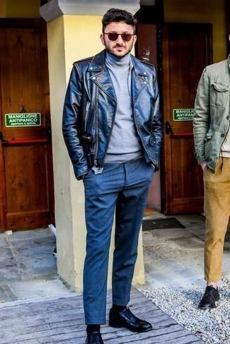 Cómo combinar una chaqueta motera de cuero negra: Para crear una apariencia para un almuerzo con amigos en el fin de semana haz de una chaqueta motera de cuero negra y un pantalón chino azul marino tu atuendo. Opta por un par de zapatos oxford de cuero negros para mostrar tu inteligencia sartorial.