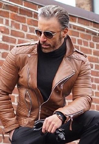 Cómo combinar una chaqueta motera de cuero marrón: Empareja una chaqueta motera de cuero marrón con un pantalón de vestir negro para las 8 horas.