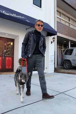 Cómo combinar: chaqueta motera de cuero negra, jersey de cuello alto negro, pantalón de vestir de lana en gris oscuro, botas safari de ante en marrón oscuro