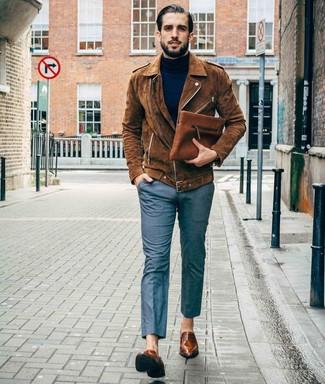 Cómo combinar un bolso con cremallera de cuero marrón: Emparejar una chaqueta motera de ante marrón junto a un bolso con cremallera de cuero marrón es una opción excelente para el fin de semana. Dale onda a tu ropa con mocasín de cuero marrón.
