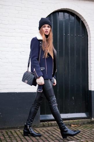 Una chaqueta motera azul marino y un gorro negro de Kate Spade son una gran fórmula de vestimenta para tener en tu clóset. Dale onda a tu ropa con botines de cuero negros.