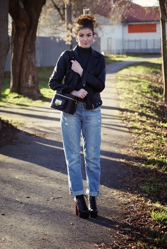 Cómo combinar: chaqueta motera de cuero negra, jersey de cuello alto en gris oscuro, vaqueros boyfriend azules, botines con cordones de cuero negros
