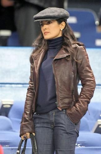 Cómo combinar: chaqueta motera de cuero marrón, jersey de cuello alto azul marino, vaqueros azul marino, bolsa tote de cuero negra