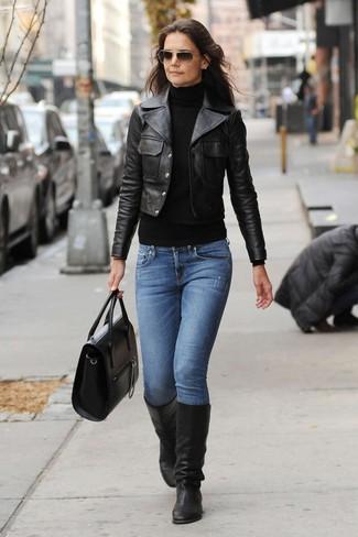 Cómo combinar: chaqueta motera de cuero negra, jersey de cuello alto negro, vaqueros azules, botas de caña alta de cuero negras