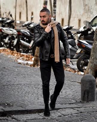 Cómo combinar: chaqueta motera de cuero negra, jersey de cuello alto negro, vaqueros negros, botines chelsea de ante negros