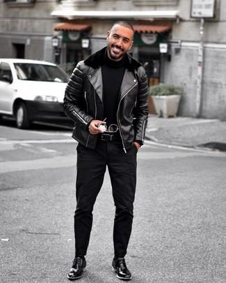 Cómo combinar: chaqueta motera de cuero negra, jersey de cuello alto negro, vaqueros negros, botas safari de cuero negras