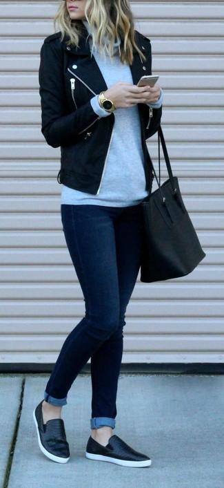 Cómo combinar: chaqueta motera de lana negra, jersey de cuello alto gris, vaqueros pitillo azul marino, zapatillas slip-on de cuero negras