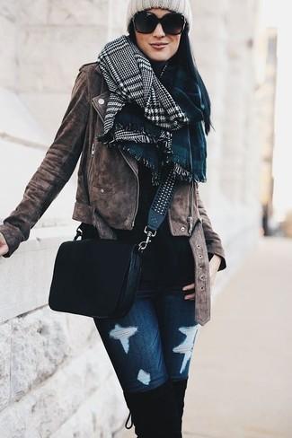 Cómo combinar: chaqueta motera de ante marrón, jersey de cuello alto negro, vaqueros pitillo desgastados azul marino, botas sobre la rodilla de ante negras
