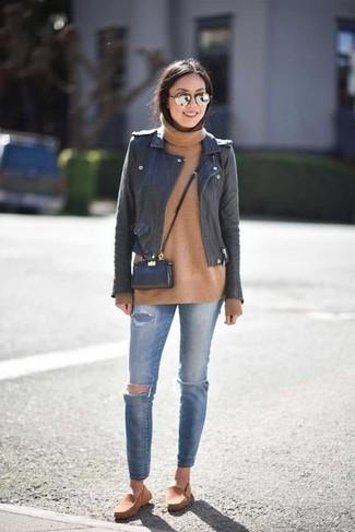 Cómo combinar: chaqueta motera de cuero negra, jersey de cuello alto de lana marrón claro, vaqueros pitillo desgastados azules, alpargatas de ante marrón claro