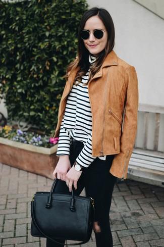 Outfits mujeres: Considera ponerse una chaqueta motera de ante marrón claro y unos vaqueros pitillo desgastados negros para un look agradable de fin de semana.