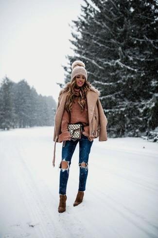 Cómo combinar: chaqueta motera de lana marrón claro, jersey de cuello alto de punto marrón, vaqueros pitillo desgastados azul marino, botines de ante marrónes