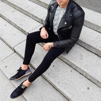 Cómo combinar: chaqueta motera de cuero negra, jersey de ochos gris, pantalón de chándal negro, tenis negros