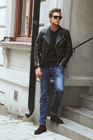 Cómo combinar un jersey de ochos negro: Equípate un jersey de ochos negro con unos vaqueros azules para un look diario sin parecer demasiado arreglada. ¿Te sientes valiente? Elige un par de botines chelsea de ante en marrón oscuro.