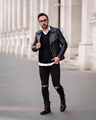 Cómo combinar: chaqueta motera de cuero negra, jersey de pico negro, camisa de manga larga blanca, vaqueros pitillo desgastados negros