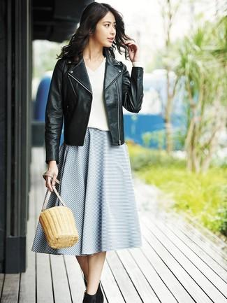 Cómo combinar: chaqueta motera de cuero negra, jersey de pico blanco, falda campana de rayas horizontales azul, botines de ante negros
