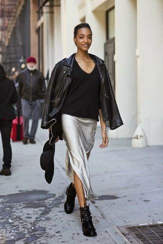 Cómo combinar: chaqueta motera de cuero negra, jersey de pico negro, falda larga plateada, botines de cuero con tachuelas negros