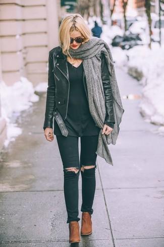 Cómo combinar: chaqueta motera de cuero negra, jersey de pico negro, vaqueros pitillo desgastados negros, botines de cuero en tabaco
