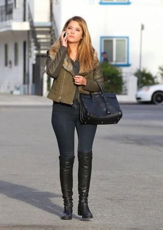 Cómo combinar una chaqueta motera verde oliva: Equípate una chaqueta motera verde oliva junto a unos vaqueros pitillo negros para conseguir una apariencia glamurosa y elegante. ¿Te sientes valiente? Elige un par de botas sobre la rodilla de cuero negras.