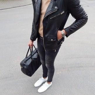 Cómo combinar: chaqueta motera de cuero negra, jersey de pico marrón claro, vaqueros pitillo en gris oscuro, tenis blancos