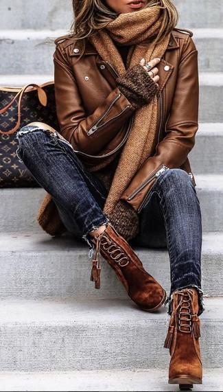 Cómo combinar: chaqueta motera de cuero marrón, jersey oversized en marrón oscuro, vaqueros pitillo desgastados azul marino, botines con cordones de ante marrónes