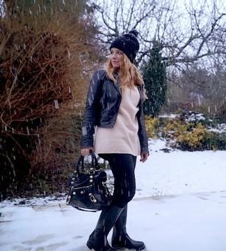 Mantén tu atuendo relajado con una chaqueta motera de cuero negra y un gorro. ¿Por qué no añadir botas de lluvia negras a la combinación para dar una sensación más relajada?