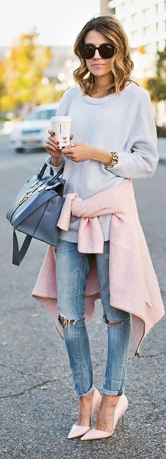 Cómo combinar: chaqueta motera de lana rosada, jersey oversized celeste, vaqueros pitillo desgastados celestes, zapatos de tacón de cuero rosados