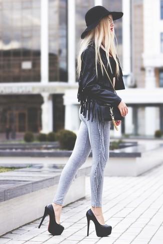 Cómo combinar: chaqueta motera de cuero сon flecos negra, leggings grises, zapatos de tacón de cuero gruesos negros, bolso bandolera de cuero negro