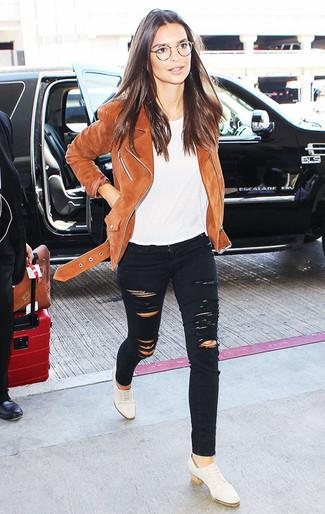 Cómo combinar: chaqueta motera de ante marrón, camiseta con cuello circular blanca, vaqueros pitillo desgastados negros, zapatos oxford de cuero blancos