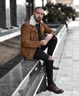 Cómo combinar unas botas casual de cuero en marrón oscuro para hombres de 20 años: Emparejar una chaqueta motera de ante marrón junto a unos vaqueros pitillo desgastados negros es una opción inmejorable para el fin de semana. Con el calzado, sé más clásico y complementa tu atuendo con botas casual de cuero en marrón oscuro.
